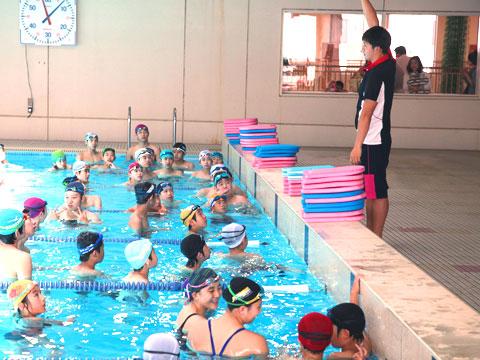「体育の講座で、水泳部員と一緒に練習している参加児童たち