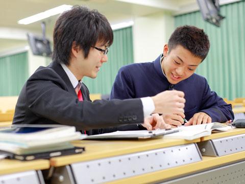 スタディルームで勉強に励む生徒たち。部活後に利用する生徒も多い。
