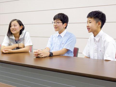 (左から)伊藤さん、櫟木くん、尾幡くん。チューターの先生方が大好きな3人。