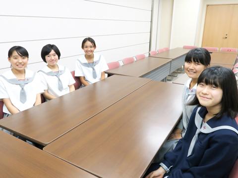 (左から)山下さん、菅頭さん、安達さん、坂本さん、朔さん