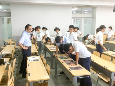 文理学部では3D地図を用いた地理の授業を体験し、生徒たちも興味深々。