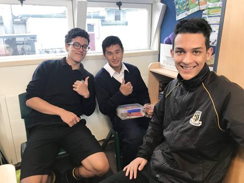 昼休みは、現地の生徒たちと英語で雑談を。帰国後もSNSで交流。