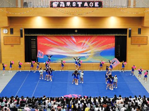 体育館やホールでは各部活動の発表も行われる