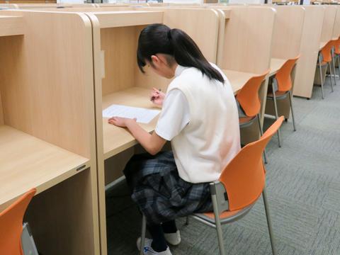 集中できる仕切り付きの机も揃う。