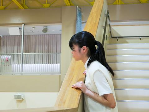入り口の階段から、広々としたさくらホールが見渡せる。
