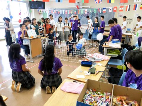 高1のあるクラスでは、国際的な身体障害者のスポーツ大会にちなみ、競技を体験できるゲームを企画。シッティングバレーでは、遊びに来た小学生と高校生が仲良く対決!
