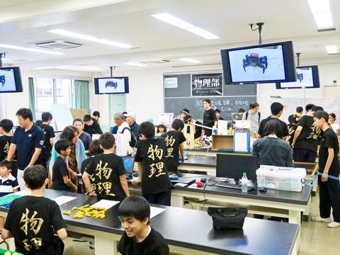 ロボットコンテスト総合優勝の経験を持つ物理部。ロボットを操作して行うサッカーや本格的なピタゴラ装置などが並ぶようすに、小学生たちは目を輝かせていた。