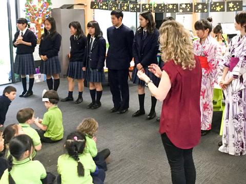 海外研修では、課外活動として現地の子どもたちとの交流を深める機会もある。