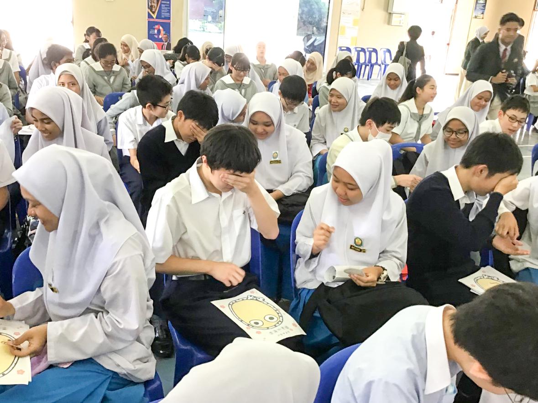 学校交流では現地の生徒とペアを組み、お互いの国の文化を伝え合う。
