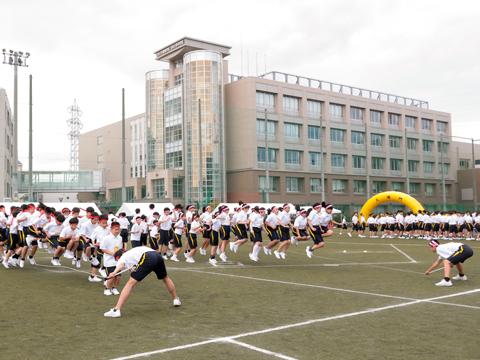 大縄跳びなどでクラスや部活動ごとに競い合うため、仲間との団結力が高まる。