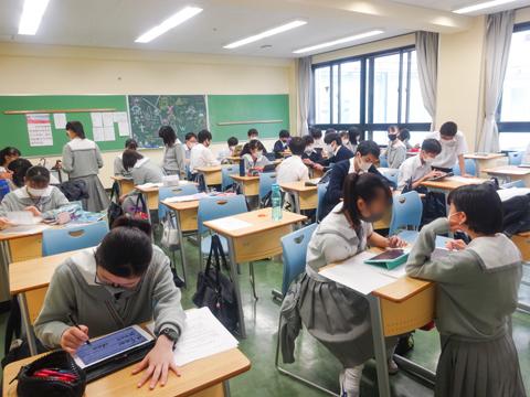 普通教室(中学校)大きな窓から光が差す普通教室には、生徒たちの元気な声が響きます。休憩時間にお邪魔したにもかかわらず、タブレット端末を使って授業の予習復習に励む生徒たちも!