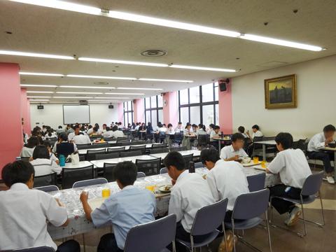 生徒食堂 地下1階には食堂があり、日替わりや週替わりのメニューがずらりと並びます。「フライドポテトは人気メニューのひとつ。季節のフェアがあるときも生徒が殺到します」