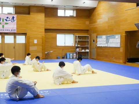 柔道場 アリーナの隣には剣道場と柔道場があります。「高1の男子生徒は体育で柔道か剣道を選択します。少人数で本格的な指導を行っています」