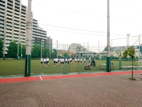 第1グラウンド 水はけのよい人工芝のグラウンドでは、体育の授業中。「ランニングコースは最近新しくしたばかり。授業や運動部の練習はもちろん、5月の体育祭もここで行われます」