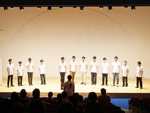 歌声を披露する合唱団