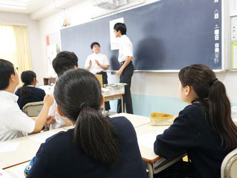 教室で学ぶ生徒たちのようす