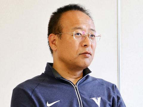 高校バスケットボール部顧問:後藤 敏博先生 日本リーグ、オールジャパンで優勝、バスケットボール日本代表としてアジア選手権に出場した経験を持つ。指導者に転身後、U-19日本女子代表チームのコーチとしてアジア選手権に出場。TV解説者でもある。