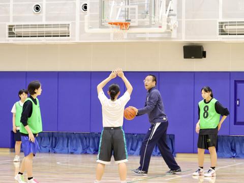 生徒たちの動きをしばらく見た後、癖を見抜いてアドバイスする後藤先生