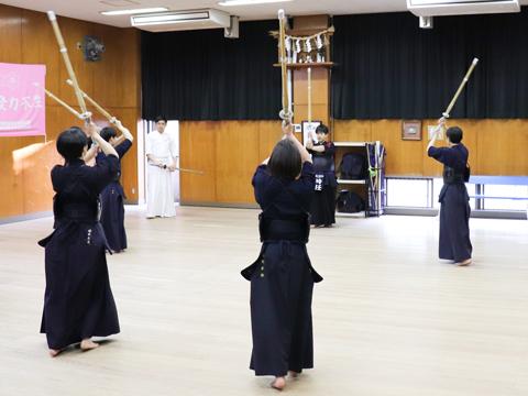 村瀬先生自身も常に竹刀を握り、基礎練習の段階から実践的な指導を行う。