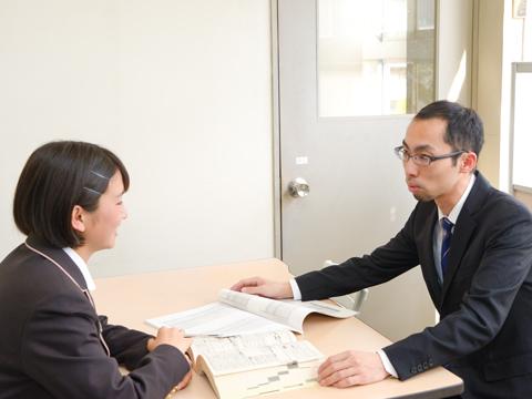 受験期には、生徒の志望校に合わせて個別に面接・小論文指導を行っている。