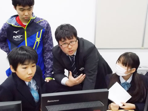 パソコンを使った授業を受ける生徒たち