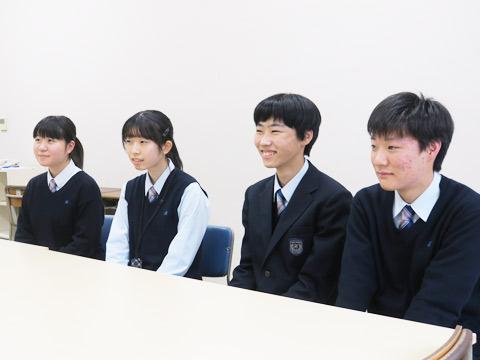 高校1年生のM.Nさん、M.Oさん、N.Kくん、K.Oくん。