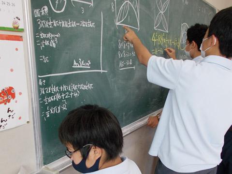 授業中、黒板に飛びつく生徒たち