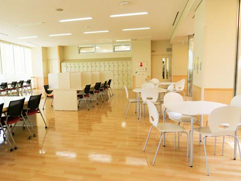 【本館-各階フリースペース】休み時間や放課後に勉強や交流の場として自由に使用することができます。