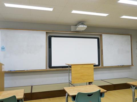 【本館・生徒会館-各教室】スピーカー付きの電子黒板を完備。英語のリスニング学習や動画での学習もスムーズに行うことができます。