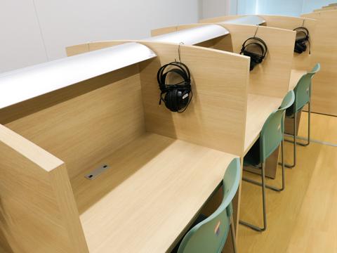 【生徒会館-自習室】タブレット端末での学習に使えるヘッドホンが用意されています。この日も自習に励む生徒の姿が見られました。