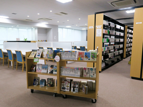 【生徒会館-図書室】話題の新作から大学の過去問まで、豊富な蔵書を取り揃えています。もちろんここで自習をすることも可能です。