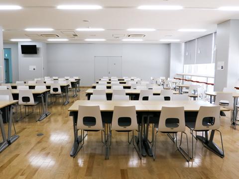 【生徒会館-生徒ホール】生徒が自由に使えるスペース。売店や自販機コーナーもあり、昼食はここか教室でとる生徒が大半だそうです。