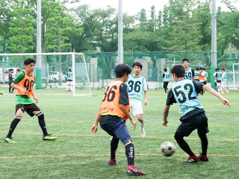 【男子サッカー部】部員数は総勢90名以上!人工芝のグラウンドなので、大会本番に近い環境で練習することができます。