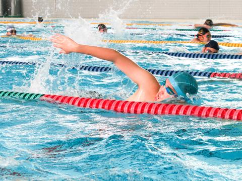 【水泳部】一人ひとりが少しでもタイムを縮めることを目指し、練習に取り組んでいました。