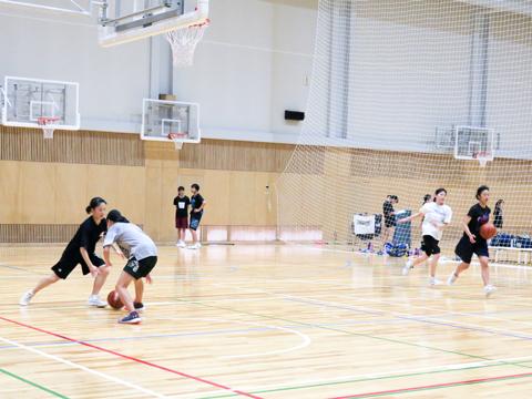 【女子バスケットボール部】チーム力を大切にし、雰囲気よくプレーするために全員がしっかりと声を出して練習していました。