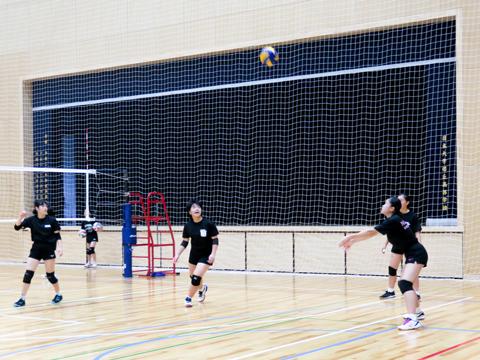 【女子バレーボール部】この日は他校との練習試合。ボールをしっかりつなぐプレーで勝利を目指します。