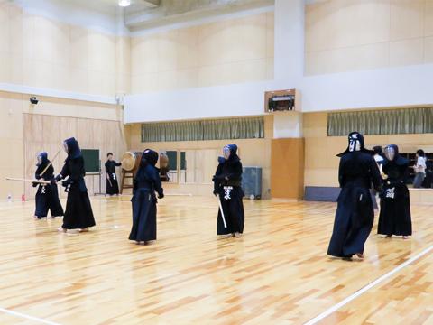 【剣道部】高校から始めた生徒がほとんどのため、基礎をしっかりつくってから応用に臨むことを重視しています。
