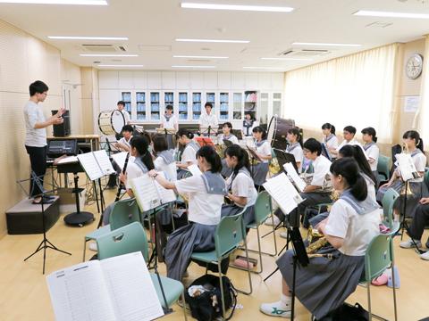 """【吹奏楽部】部、音、曲を愛する""""部曲愛""""をモットーに活動しています。外部の見識ある講師を招いて指導を仰ぐことも。"""