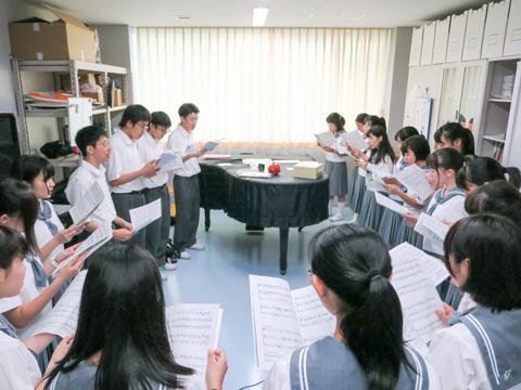 【合唱部】聴きに来てくれた人全員に楽しんでもらえることを目標に、コーラスを響かせています。