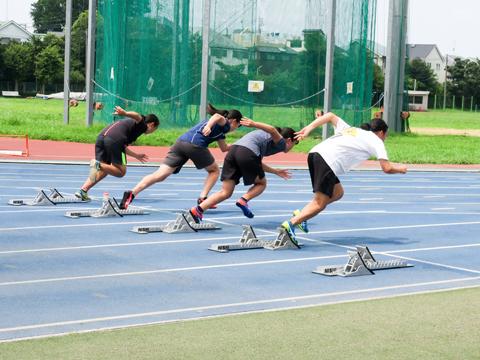 【陸上競技部】日本大学文理学部の陸上競技場で練習中。部員自ら「部訓」を定め、日々の生活でも守ることを意識しています。