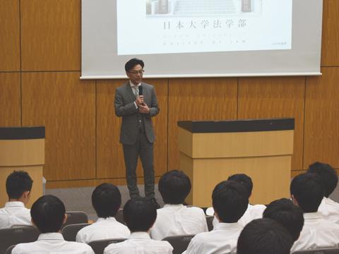 生徒たちは自分の進路を考える材料として熱心に聴き入っていました。