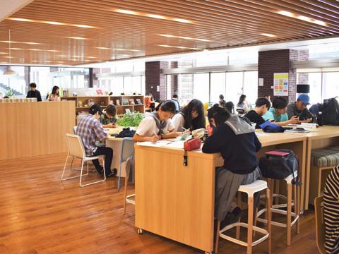 ラーニングコモンズは主に大学生の利用を想定した施設ですが、日大櫻丘生は放課後に利用することができます。
