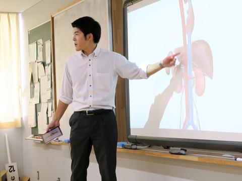電子黒板には3Dのモデルが投影され、先生が回転させながら解説することで複雑な臓器の仕組みも一目瞭然。教科書の平面的な学びでは得られない視点です。