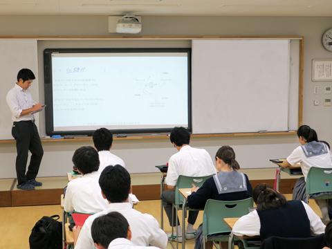 同じく電子黒板には生徒の手元のプリントと同じ内容が映し出され、先生が解説を加えながら解答を書き込んだり、重要なポイントにはマーカーを引いたりしていました。拡大縮小やスクロールも自由自在です。