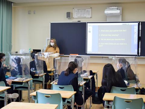 クラスメイトと話し合いながらの授業は活気にあふれる。