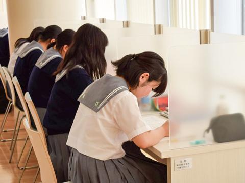 各階にある学習スペースは席ごとにパーティションで仕切られており、集中できると好評です