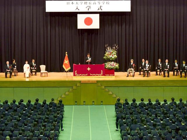 入学式(4月) 大木校長よりお祝いと激励の言葉を受ける生徒たち。