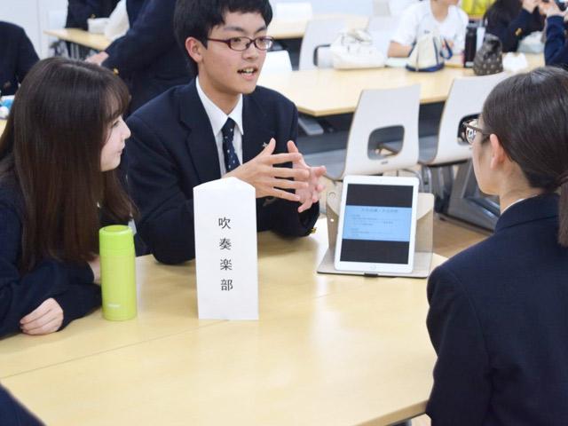 部活動相談会(4月) 新入生が自分に合った部活動を見つけられるよう先輩が丁寧に説明。