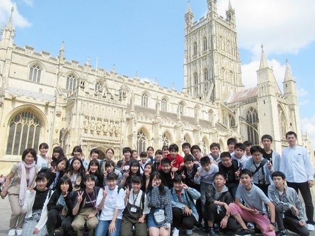 英国語学研修(7月) 約40名の生徒が参加しました。グロスター大聖堂など名所観光も。