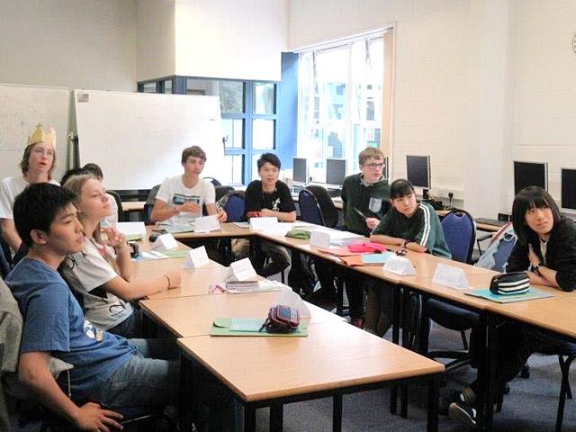 英国語学研修(7月) 生徒たちはこの2週間の間、様々な国の学生と勉強をしました。